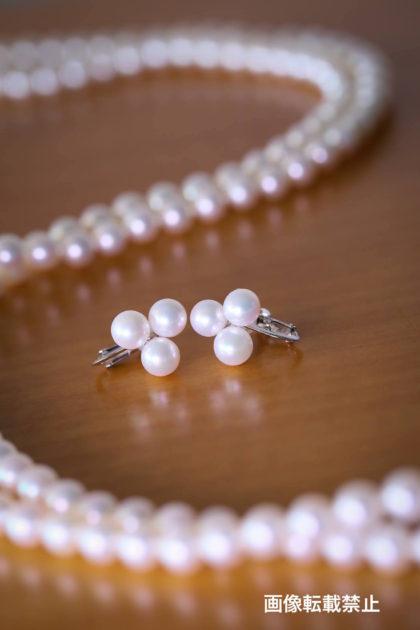 出来上がった真珠のネックレスとイヤリング