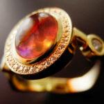 オパールの色を生かしたリング